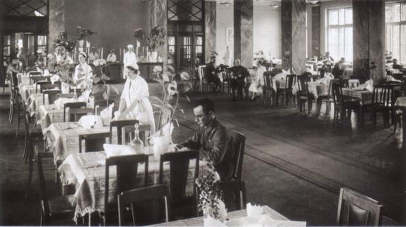 В столовой красных командиров, 1930-е гг.