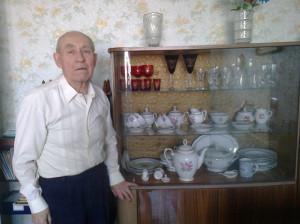Бывший летчик Советской Армии со своим немецким столовым сервизом, купленным в г. Стендаль, Германия