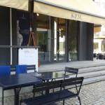 Столики кафе во дворе KPM, Berlin