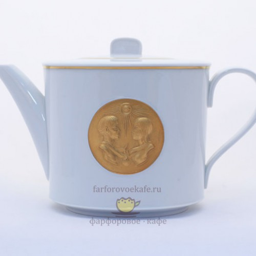 Фарфоровый заварочный чайник Amor с золотым медальоном «Адам и Ева». Великая фарфоровая мануфактура KPM Berlin