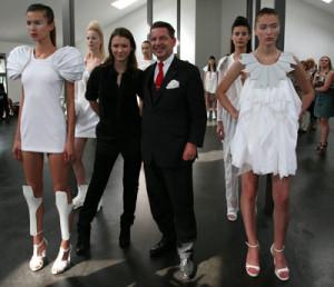 """Владелец  KPM Berlin И. Вольтман и немецкий дизайнер Бернадот Пенкоф представляют совместную коллекцию """"Фарфор и мода"""" на Mercedes-Benz Fashion Week Berlin, 2008 г."""