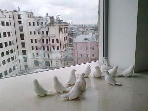 Фарфоровые фигурки голубей случайно оказались на подоконнике в ожидании расстановки в качестве украшений на столы. Москва